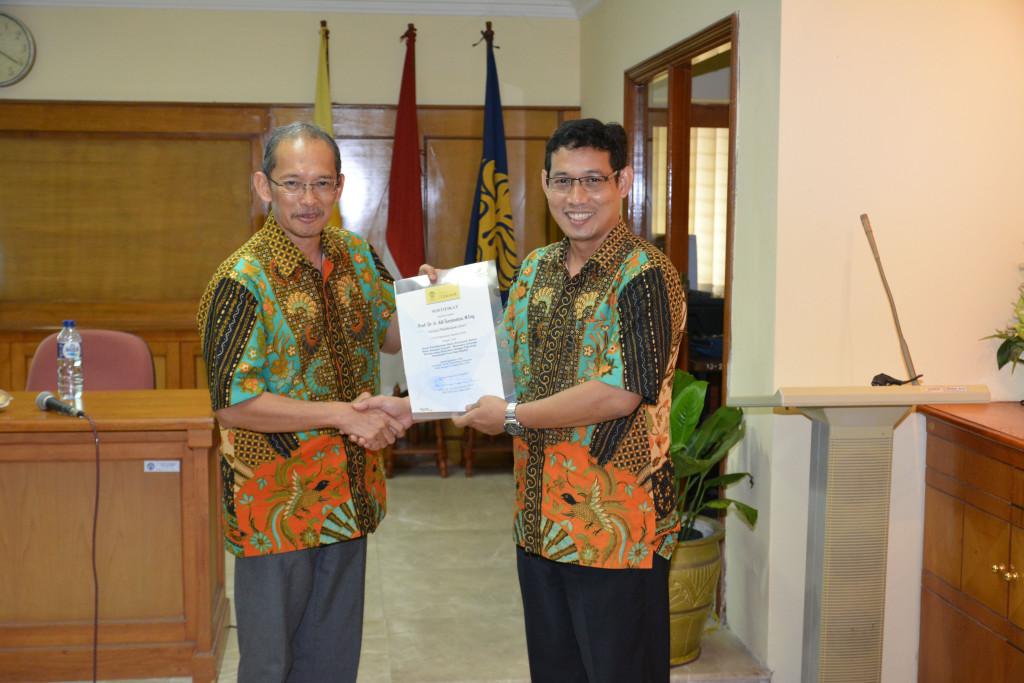Penyerahan Sertifikat oleh Manajer Riset dan Pengabdian Masyarakat FTUI, Prof. Akhmad Herman Yuwono.